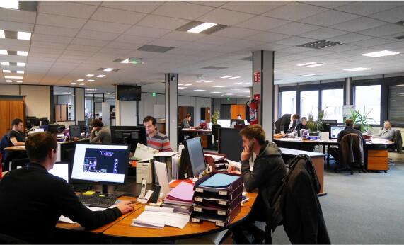 Personnes qui travaillent dans les bureaux de Corelec