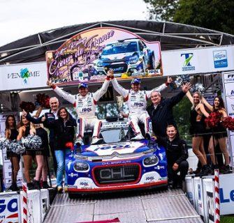 Podium d'une équipe de rallye sponsorisée par Corelec